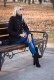Młodej dziewczyny czekanie w parku Fotografia Stock