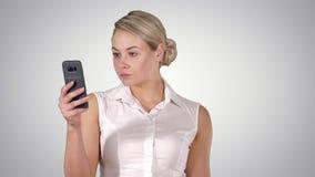 M?odej dziewczyny czytanie od telefonu kom?rkowego ekranu, Alfa kana? zbiory