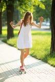 Młodej dziewczyny jazda w parku na deskorolka Fotografia Royalty Free