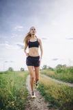 Młodej dziewczyny jogging plenerowy Fotografia Stock