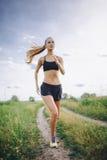 Młodej dziewczyny jogging plenerowy Zdjęcie Stock