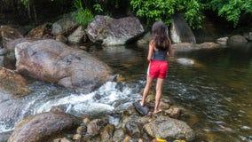 M?odej dziewczyny karmienia ryba rzek? zdjęcie stock