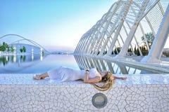 Młodej dziewczyny lying on the beach obok basenu Zdjęcie Stock