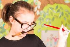 Młodej Dziewczyny mienia Paintbrush Zdjęcie Royalty Free