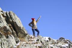 Młodej dziewczyny pozycja na skale Fotografia Stock