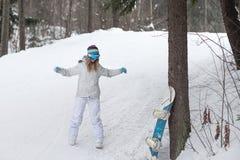 Młodej dziewczyny snowboarder rozgrzewkowy up przed spadkiem od góry Zdjęcie Royalty Free