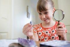 Młodej Dziewczyny studiowania klejnotu kolekcja W sypialni Fotografia Royalty Free