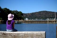 Młodej dziewczyny zegarka woda Fotografia Stock