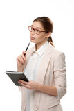 Młodej eleganckiej kobiety trwanie mienie notepad i pióro Obrazy Stock
