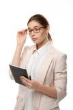Młodej eleganckiej kobiety trwanie mienie notepad i pióro Zdjęcie Royalty Free