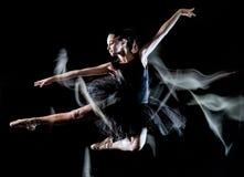M?odej kobiety baleriny tancerza t?a ?wiat?a taniec odizolowywaj?cy czarny obraz obrazy royalty free