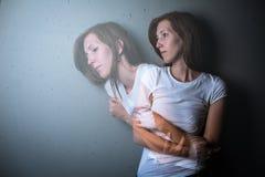 Młodej kobiety cierpienie od depresji, niepokoju surowych/ fotografia stock