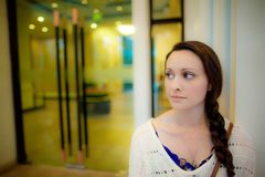 Młodej kobiety czekanie przed hotelowym drzwi w Azja Zdjęcia Royalty Free