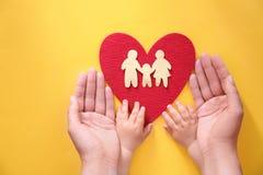 Młodej kobiety i dziecka chronienia czerwieni serce Obraz Stock