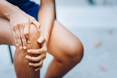 M?odej kobiety kolanowa obola?o??, opieki zdrowotnej poj?cie zdjęcie stock