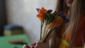 Młodej kobiety kwiaciarnia robi owocowemu bukietowi zbiory wideo
