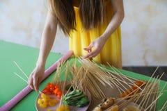 Młodej kobiety kwiaciarnia robi owocowemu bukietowi Zdjęcie Stock