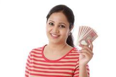 Młodej kobiety mienia indianin dwa rupii notatki przeciw bielowi Obrazy Royalty Free