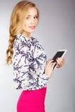 Młodej kobiety mienia pastylki komputer osobisty Zdjęcia Stock