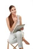 Młodej kobiety mienia pensil i sketchbook zdjęcie stock