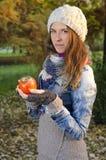 Młodej kobiety mienia persimmon owoc w naturze Obrazy Stock