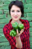 Młodej kobiety mienia pieprze fotografia stock