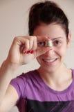 Młodej kobiety mienia sterta monety Fotografia Stock