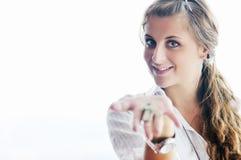 Młodej kobiety miotania domu klucze w powietrzu Fotografia Royalty Free