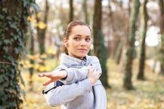 M?odej kobiety narz?dzanie dla jogging i rozci?ganie obraz royalty free