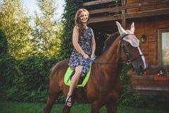 Młodej kobiety obsiadanie na horseback, spacer w naturze Fotografia Royalty Free