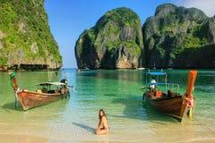 M?odej kobiety obsiadanie na pla?y przy majowie zatok? na Phi Phi Leh wyspie, Krabi prowincja, Tajlandia zdjęcia stock