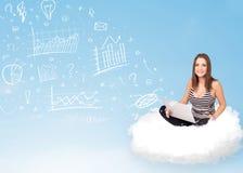 Młodej kobiety obsiadanie w chmurze z laptopem Obrazy Stock