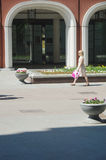 Młodej kobiety odprowadzenie na Lavrushinsky pasie ruchu Obraz Stock