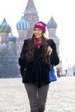 Młodej kobiety odprowadzenie na placu czerwonym w Moskwa Obraz Royalty Free