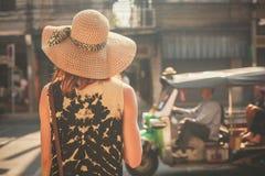 Młodej kobiety odprowadzenie w ulicie kraj azjatycki Zdjęcia Royalty Free