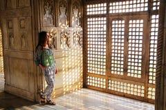 Młodej kobiety pozycja okno w Khas Mahal, Agra fort, Utt Zdjęcia Stock