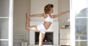 Młodej kobiety pozycja w joga pozyci Obrazy Stock