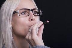 Młodej kobiety Smokin eklektyka papieros Obrazy Stock