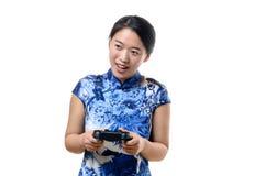 Młodej kobiety sterowanie z gemowym kontrolerem Fotografia Stock