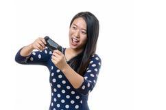 Młodej kobiety sterowanie z gemowym kontrolerem Zdjęcia Royalty Free