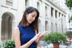 Młodej kobiety use telefon komórkowy Zdjęcia Royalty Free
