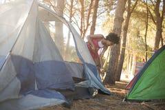 Młodej kobiety utworzenia namiot na polu Obraz Stock