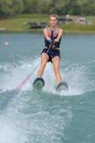 Młodej kobiety wodny narciarstwo na morzu Zdjęcie Stock