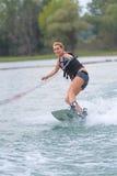 Młodej kobiety wodny narciarstwo na morzu Obrazy Stock