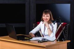 Młodej sieci biznesowa kobieta, frontowy widok Fotografia Royalty Free