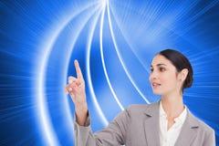 Młodej sprzedawczyni operacyjny ekran sensorowy Fotografia Royalty Free