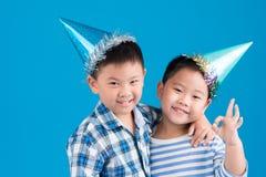 Młodsi bracia w urodzinowych kapeluszach Fotografia Royalty Free