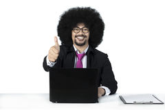 Młody Afro biznesmen pokazuje kciuk up Zdjęcia Royalty Free