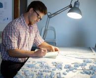 Młody architekt pracuje na rysunkowym stole w architekta studiu Obrazy Royalty Free