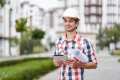 Młody architekt przed budynkiem mieszkaniowym Obraz Stock